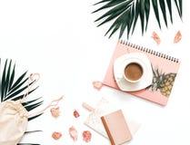 Modelo liso do espaço de trabalho do blogger da configuração com folhas tropicais fotografia de stock royalty free