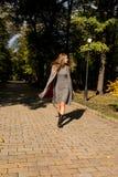 Modelo louro atrativo com cabelo longo no vestido da malha e no co morno Imagem de Stock Royalty Free