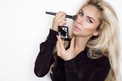 Modelo louro bonito da mulher com pele perfeita e os olhos maravilhosos, Imagem de Stock