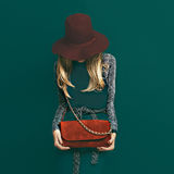 Modelo louro bonito no chapéu vermelho elegante e em uma embreagem vermelha na GR fotos de stock