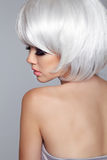 Modelo louro Portrait da mulher da forma da beleza Cabelo louro curto Olho Foto de Stock