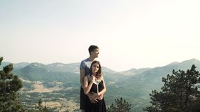 Modelo loving bonito da jovem mulher dos pares em um vestido longo esperto e em um homem em um terno preto que levanta na câmera  vídeos de arquivo
