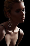 Modelo luxuoso da mulher, jóia chique da forma, neckline foto de stock