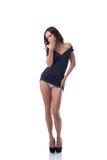 Modelo magro sedutor que levanta na túnica preta Foto de Stock