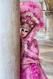 Modelo mascarado Venetian do carnaval 2015 de Veneza com plaza próxima San Marco, Venezia, Itália Imagens de Stock