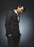 Modelo masculino atractivo que se coloca ocasional en fondo negro Fotos de archivo libres de regalías
