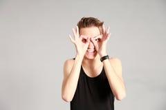 Modelo masculino con las manos alrededor de ojos Imagen de archivo libre de regalías