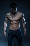 Modelo masculino da aptidão com a tatuagem imagem de stock
