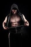 Modelo masculino de la aptitud joven muscular y apta del culturista que plantea el ove Fotografía de archivo