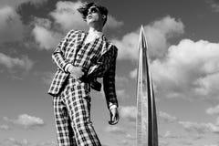 Modelo masculino de la moda hermosa vestido en el traje elegante que plantea el outdooe Metrosexual de pelo largo Cuadro blanco y fotos de archivo
