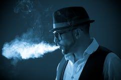 Modelo masculino elegante hermoso joven que fuma a Fotografía de archivo