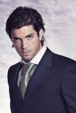 Modelo masculino elegante y elegante en alineada negra Imagen de archivo libre de regalías