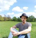 Modelo masculino en parque Fotos de archivo