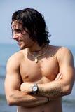 Modelo masculino feliz na praia Imagens de Stock Royalty Free