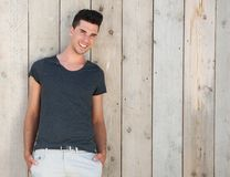 Modelo masculino feliz que se coloca al aire libre y que sonríe Imagenes de archivo