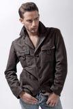 Modelo masculino joven con la chaqueta marrón Imagenes de archivo