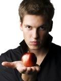 Modelo masculino joven hermoso que sostiene una manzana Imagenes de archivo