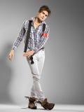 Modelo masculino joven muy atractivo que mira lejos Imagenes de archivo