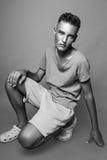 Modelo masculino joven que presenta en estudio Imagen de archivo libre de regalías