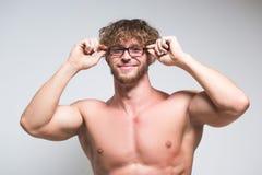 Modelo masculino muscular atractivo que lleva en vidrios imagen de archivo libre de regalías