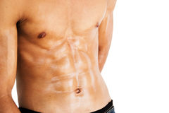Modelo masculino muscular que mostra seu Abs Imagens de Stock Royalty Free