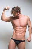 Modelo masculino muy muscular atractivo en ropa interior fotos de archivo libres de regalías