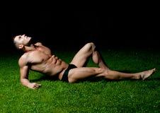 Modelo masculino na grama Foto de Stock Royalty Free