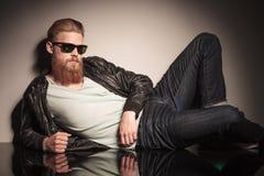 Modelo masculino no assoalho que olha a câmera Fotos de Stock Royalty Free