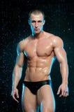 Modelo masculino no estúdio do aqua fotografia de stock