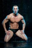 Modelo masculino no estúdio do aqua imagens de stock royalty free