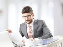 Modelo masculino no terno de negócio Imagens de Stock