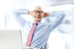 Modelo masculino no terno de negócio Fotografia de Stock