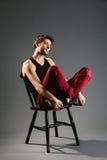 Modelo masculino novo que senta-se na cadeira Fotos de Stock Royalty Free