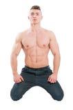 Modelo masculino perfecto del torso y del ABS en sus rodillas Foto de archivo libre de regalías