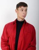 Modelo masculino que lleva una camisa roja Fotos de archivo