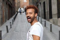 Modelo masculino que ri para fora alto fora foto de stock