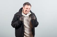 Modelo masculino sonriente que celebra su chaqueta y presentación Fotografía de archivo libre de regalías