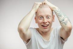 Modelo masculino sorprendido extático emocional del albino con los ojos fastidiados y la boca abierta Imagenes de archivo