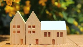Modelo miniatura de la casa con el fondo de la flor almacen de metraje de vídeo