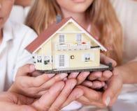 Modelo miniatura de la explotación agrícola de la familia que se sienta de la casa Foto de archivo libre de regalías
