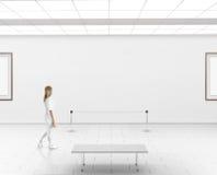 Modelo moderno da parede da galeria Caminhada da mulher no salão do museu fotos de stock royalty free