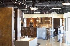 Modelo moderno vacío de la cocina en tienda Fotos de archivo
