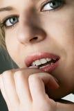 Modelo mordiendo su uña Foto de archivo libre de regalías