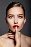 Modelo moreno à moda 'sexy' com bordos vermelhos foto de stock
