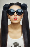 Modelo moreno de la muchacha en gafas de sol Imagen de archivo libre de regalías