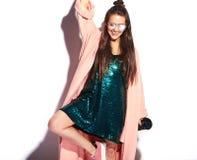 Modelo moreno de la mujer del inconformista en abrigo rosado elegante y vestido de noche azul Foto de archivo