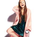 Modelo moreno de la mujer del inconformista en abrigo rosado elegante y vestido de noche azul Fotos de archivo libres de regalías