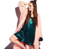 Modelo moreno de la mujer del inconformista en abrigo rosado elegante y vestido de noche azul Fotografía de archivo libre de regalías