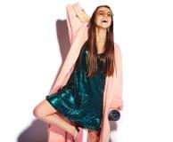 Modelo moreno de la mujer del inconformista en abrigo rosado elegante y vestido de noche azul Imagenes de archivo