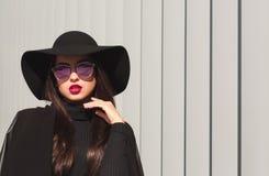 Modelo moreno de lujo en los vidrios y el sombrero brimmed amplio po del espejo fotografía de archivo libre de regalías